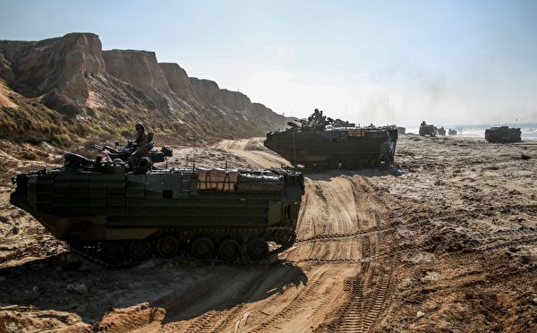 2014年10月21日,在加利福尼亚州彭德尔顿营的模拟机械化突袭中,第 15 海军陆战队远征部队第 3 营的 AAV-7A1 两栖突击车突击海滩。(美国海军陆战队)
