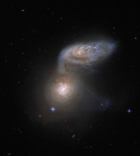 星系華爾茲:哈勃望遠鏡拍到星系合併景象