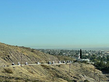 End CCP车队浩浩荡荡行驶在美墨边陲重镇——埃尔帕索的盘山公路上。
