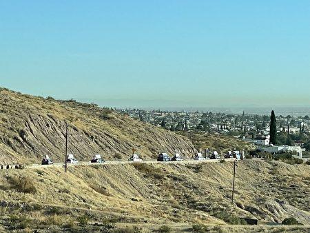 車隊行經德克薩斯州的美墨邊陲重鎮埃爾帕索(),車隊浩浩蕩蕩,蔚為壯觀。