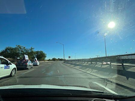 右边就是德州埃尔帕索(El Paso)美墨边境的边境墙。