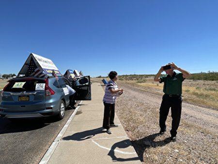 在德州西部的小镇范霍恩(Van Horn)车队中途休息时,民众对着车队录像,并表示非常认同。