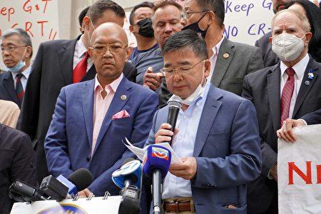 市议员顾雅明(执麦克风者)在集会现场致词。
