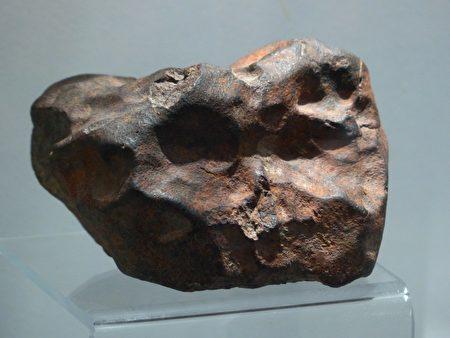 隕石砸到頭部旁邊的枕頭 加國女子逃過一劫
