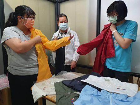 雲林家扶社工老師協助媽媽挑選福懋防風衣合適尺寸。