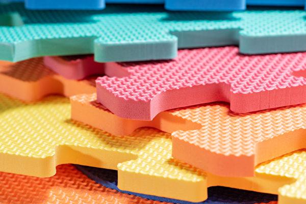 很多家庭在小孩出生之後,會鋪上防止孩子跌倒受傷的巧拼,你也可以把這個當成運動用的地墊。(Shutterstock)