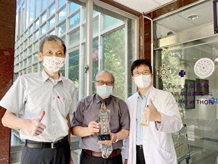 硼中子捕獲治療團隊今(2021)年9月獲清華大學「傑出產學研究獎」。硼中子捕獲中心主任李敏(中)、原科中心主任葉宗洸(左)、北榮醫師陳一瑋(右)同慶。