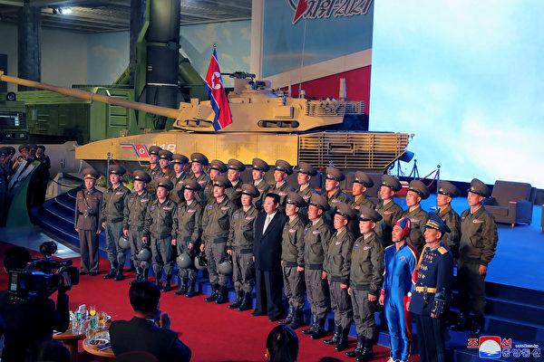 朝鮮火箭人? 藍衣男子比金正恩更搶鏡頭