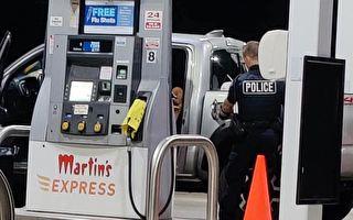 带娃妈没钱买汽油被困加油站 警察到场帮付款