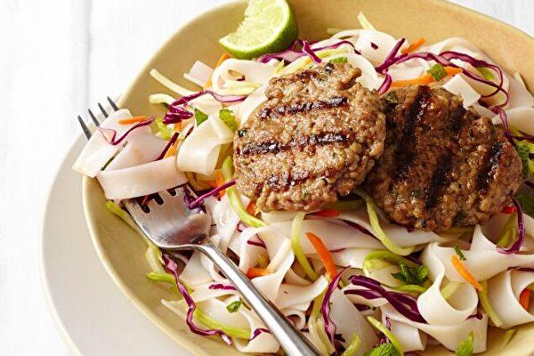 西兰花沙拉是快速制作爽脆泰式米粉沙拉关键