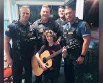 男孩吉他被人砸毁超伤心 警察:把我的送你