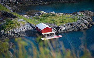 加拿大女子走水路搬家 用船將房屋推往新址