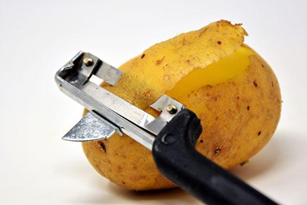 英男打开一包洋芋片 里面只有一颗马铃薯