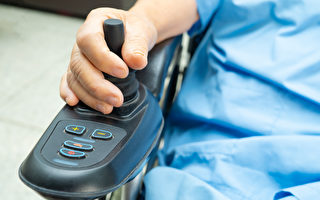 老人轮椅车雨中坏掉 四青年推1公里送她回家