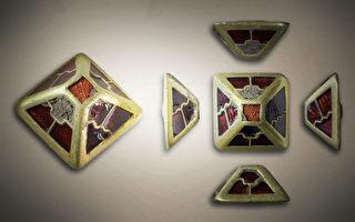 英国中世纪佩剑饰物出土 嵌有美丽宝石