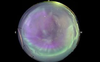 日冕物质抛射产生极光 地球如紫绿色水晶球