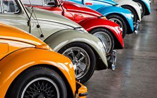 各種顏色的復古老爺車