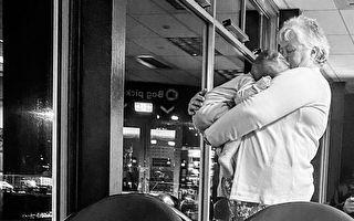 妈妈带两幼儿出行疲于应付 陌生人善意解围