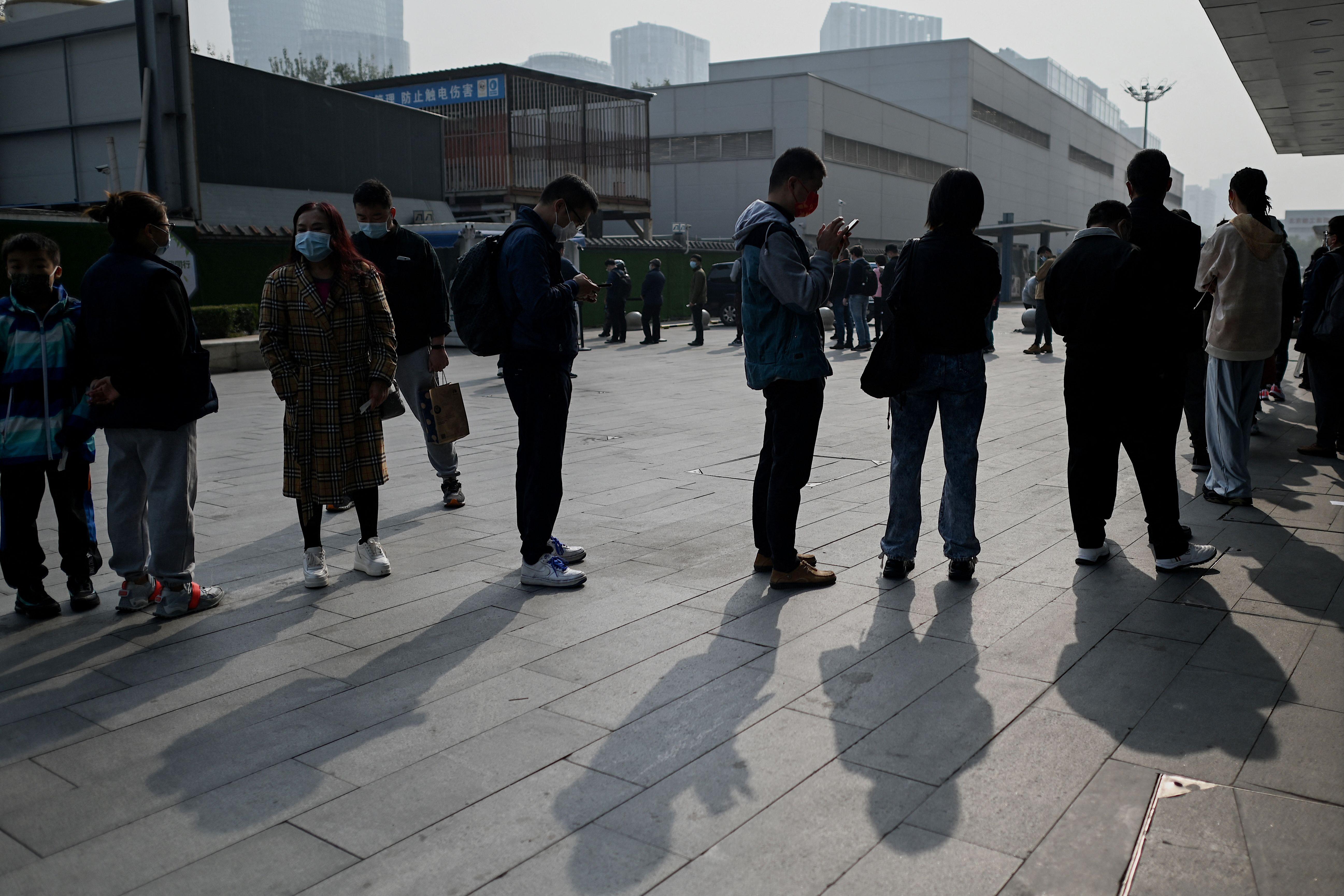 北京疫情風險升高 市民排隊接受檢測(多圖)