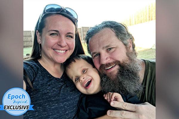 聋盲男孩患罕见绝症 在父母支持下快乐成长